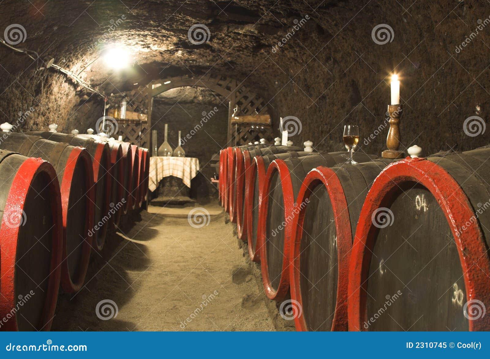 Barils dans une vin-cave.