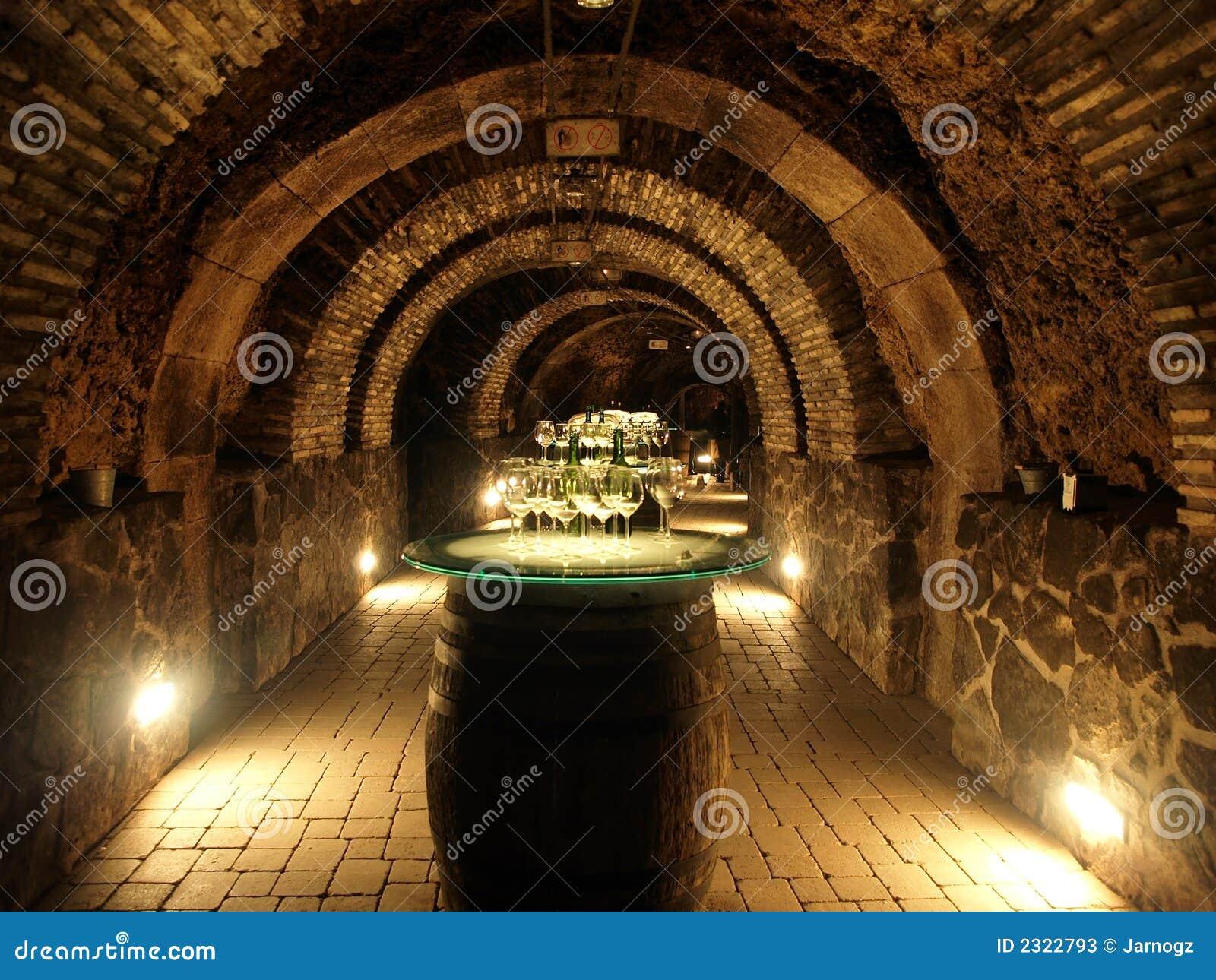Barils de vin dans la vieille cave