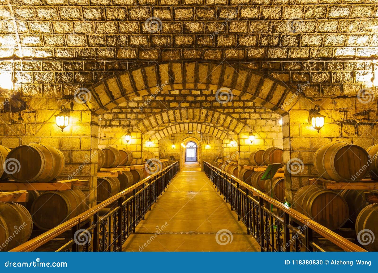 Barils de vin empilés dans la cave