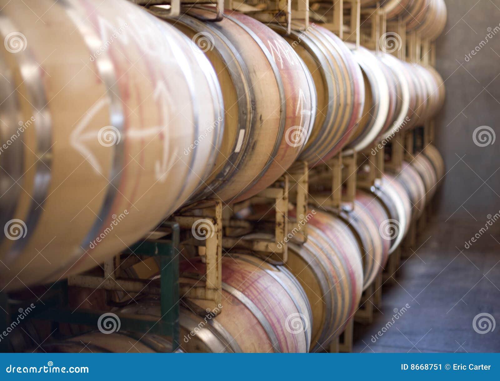 Barils de vin sur des armoires