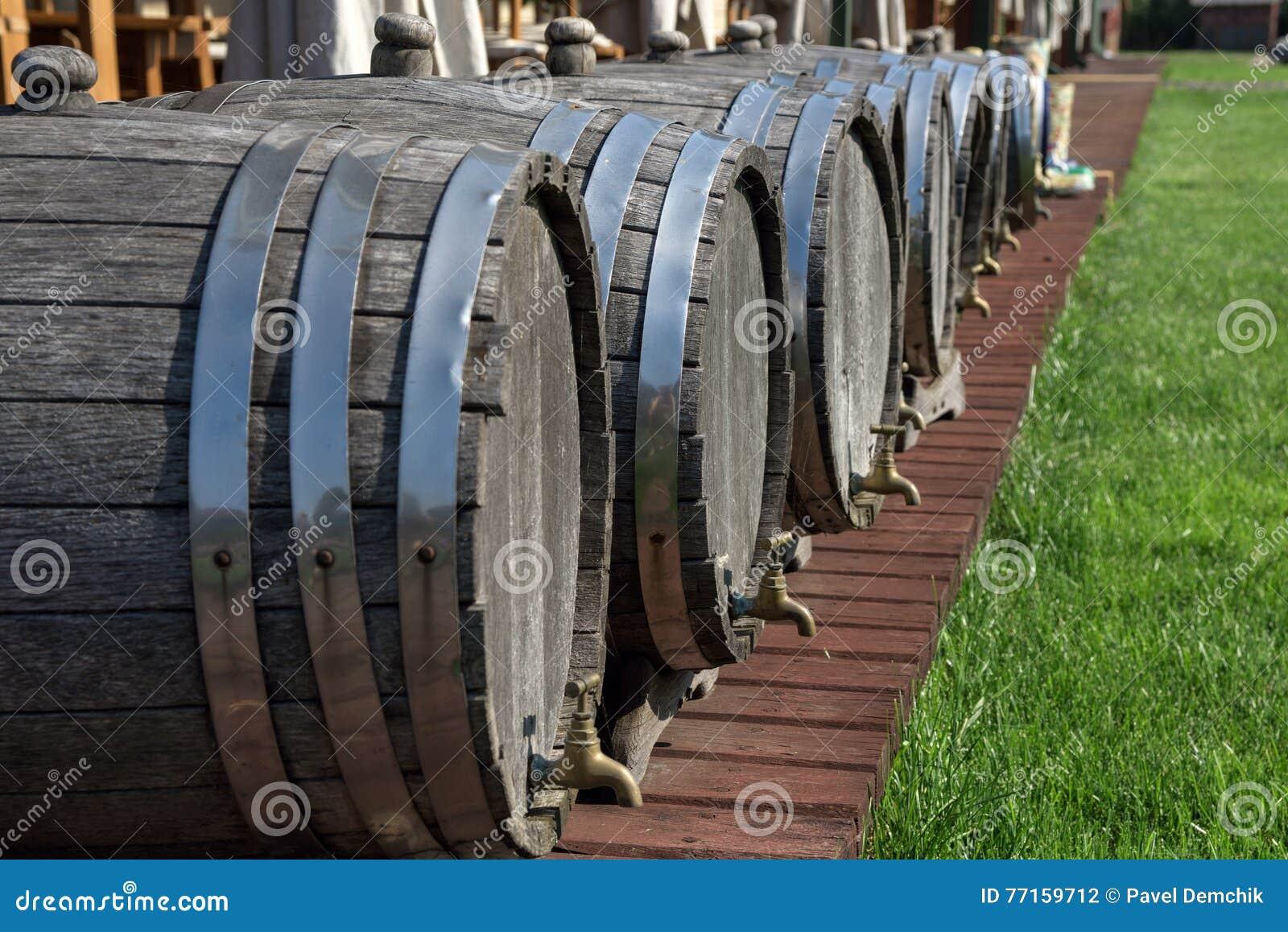 Barils de vin sur le site de restaurant