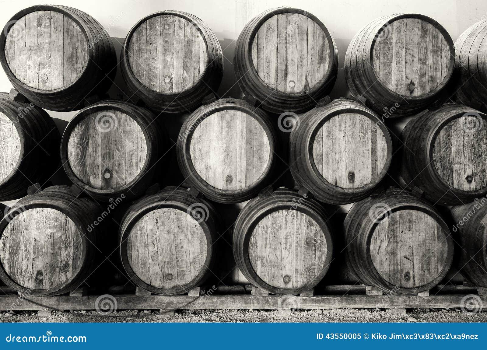 Barils de whiskey ou de vin en noir et blanc