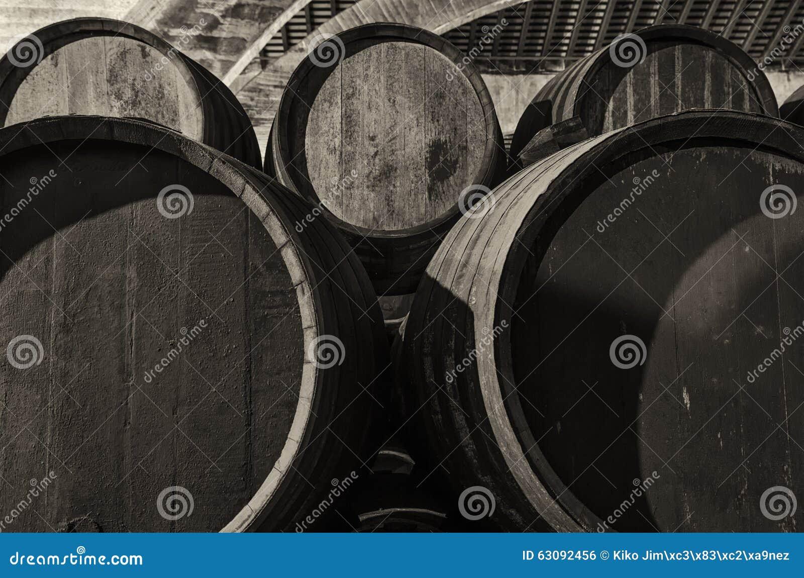 Download Barils Pour Le Whiskey Ou Le Vin Empilé Dans La Cave Photo stock - Image du blanc, baril: 63092456