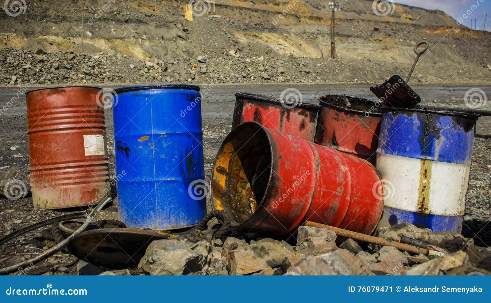 Barils vides en métal dans la carrière de fer