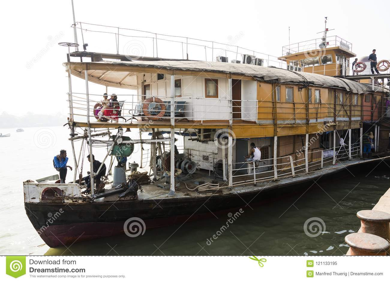 Barisal, Bangladesh, o 27 de fevereiro de 2017: Ideia da curva e primeira classe do navio de Rocket