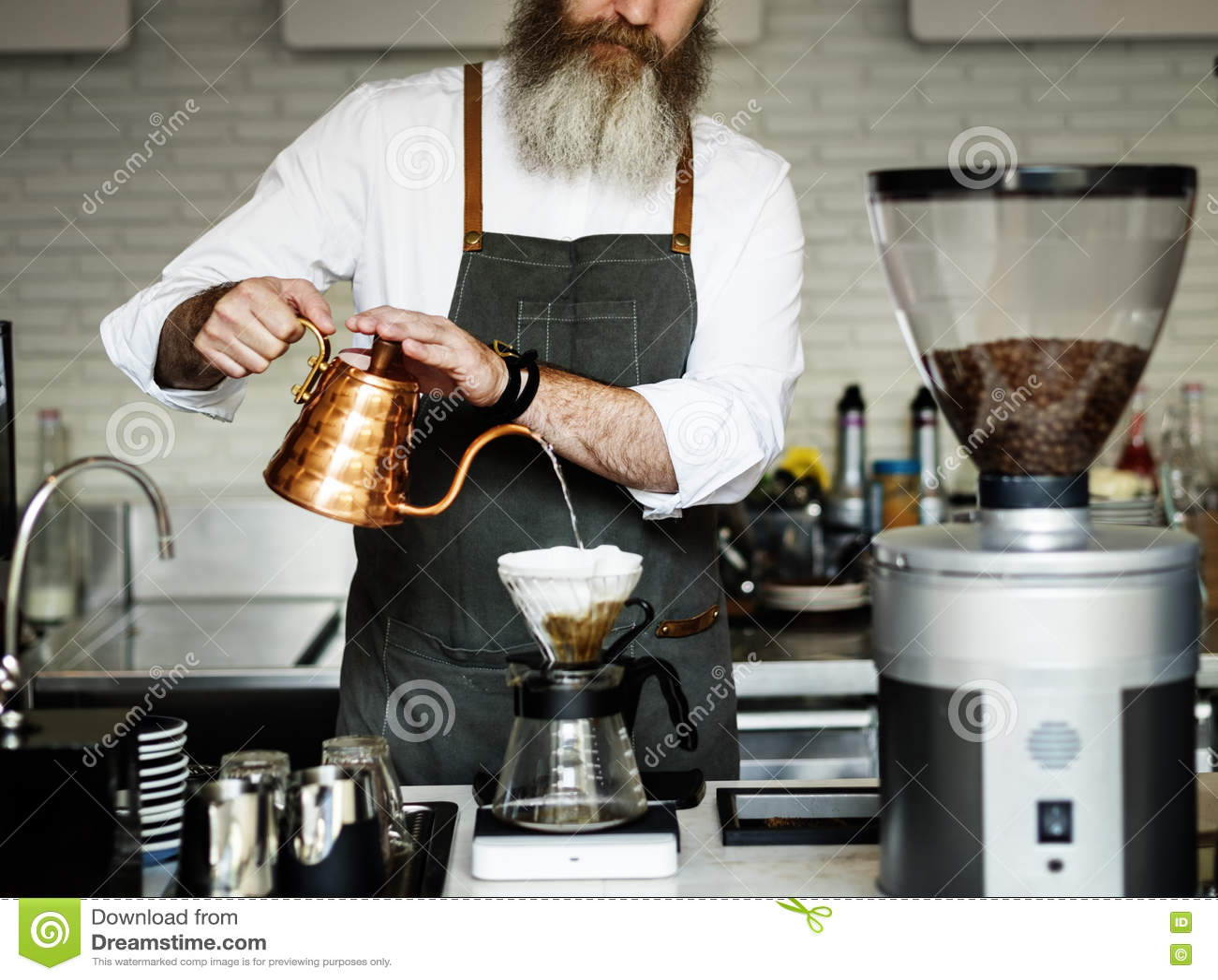 Barista准备咖啡生产顺序概念