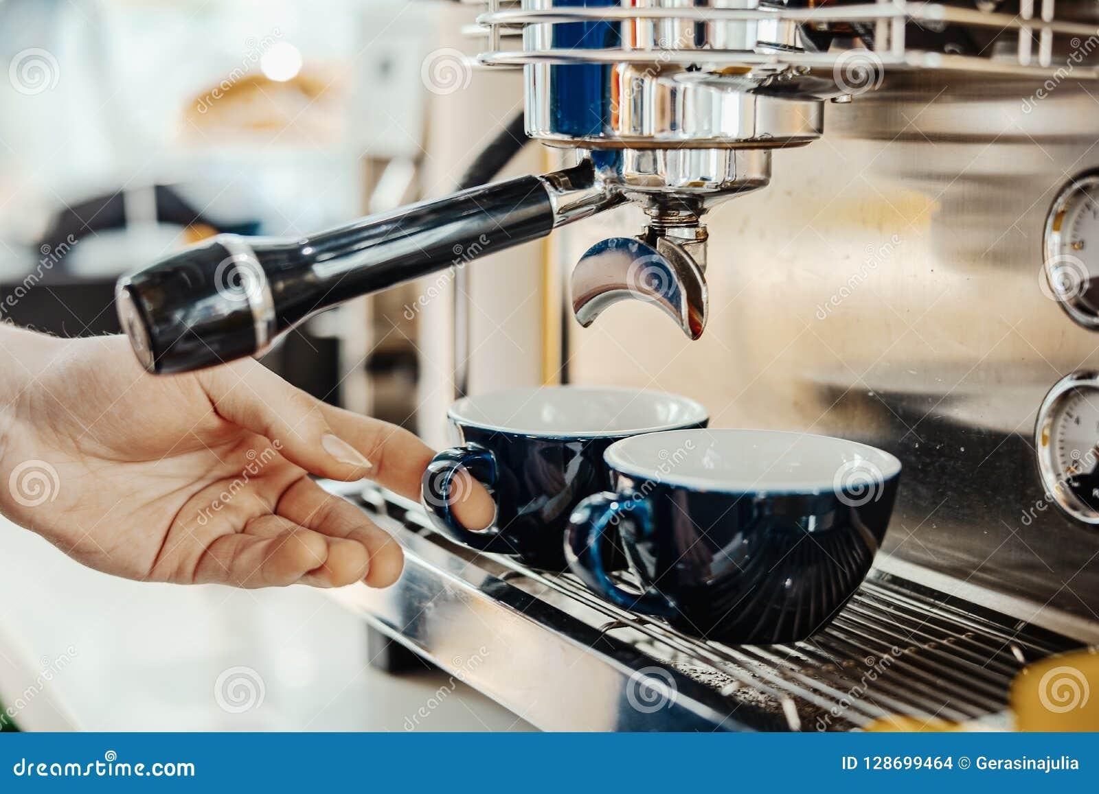 Barista που προετοιμάζει το cappuccino με τη μηχανή καφέ Έννοια προετοιμασιών καφέ