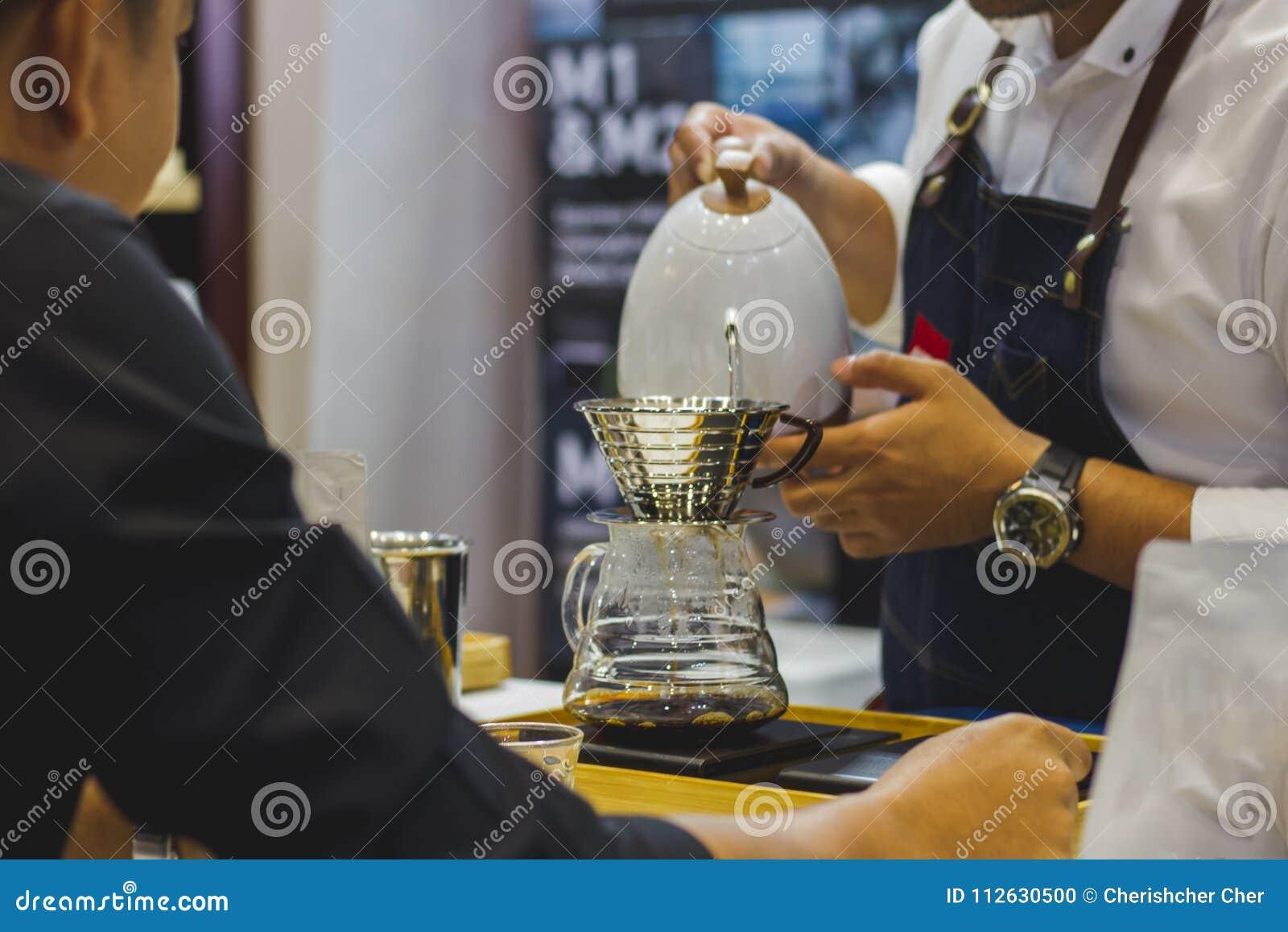 Barista делает кофе Для клиента в магазине