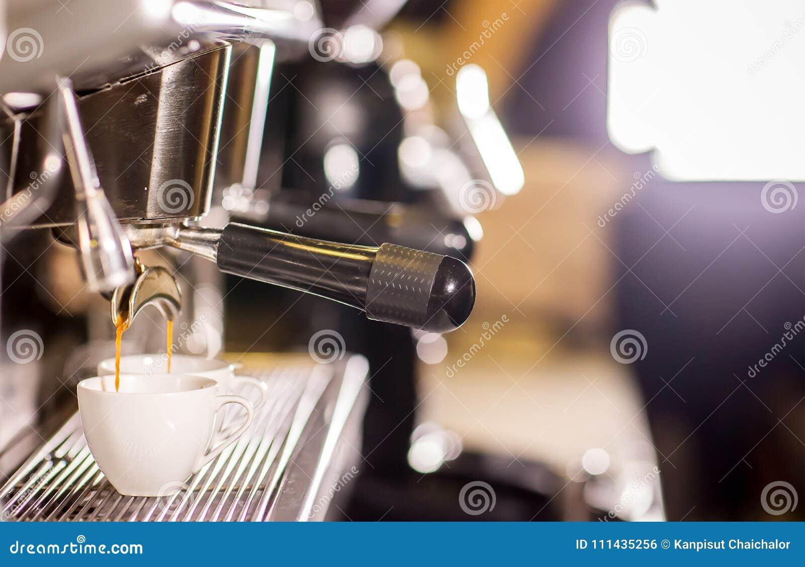 Barista делает эспрессо кофе снятое путем течь машина в баре столовой кофе