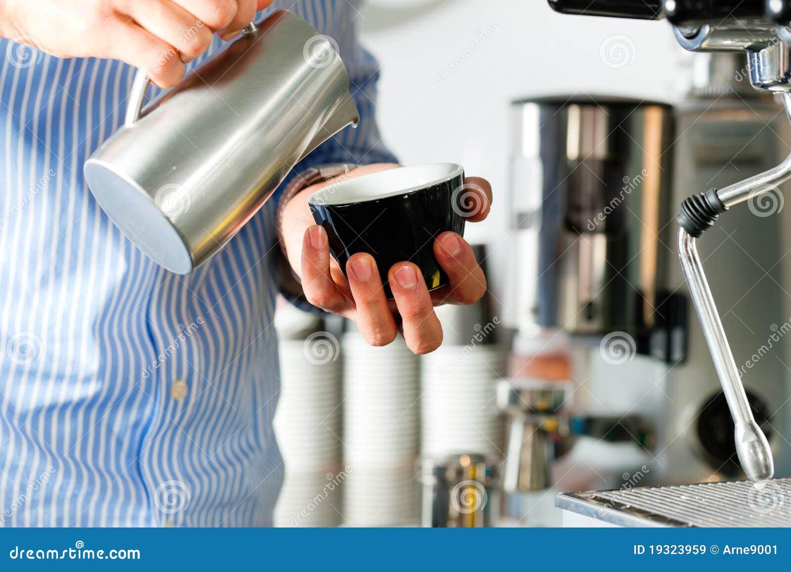 Barista kawa espresso przygotowywa