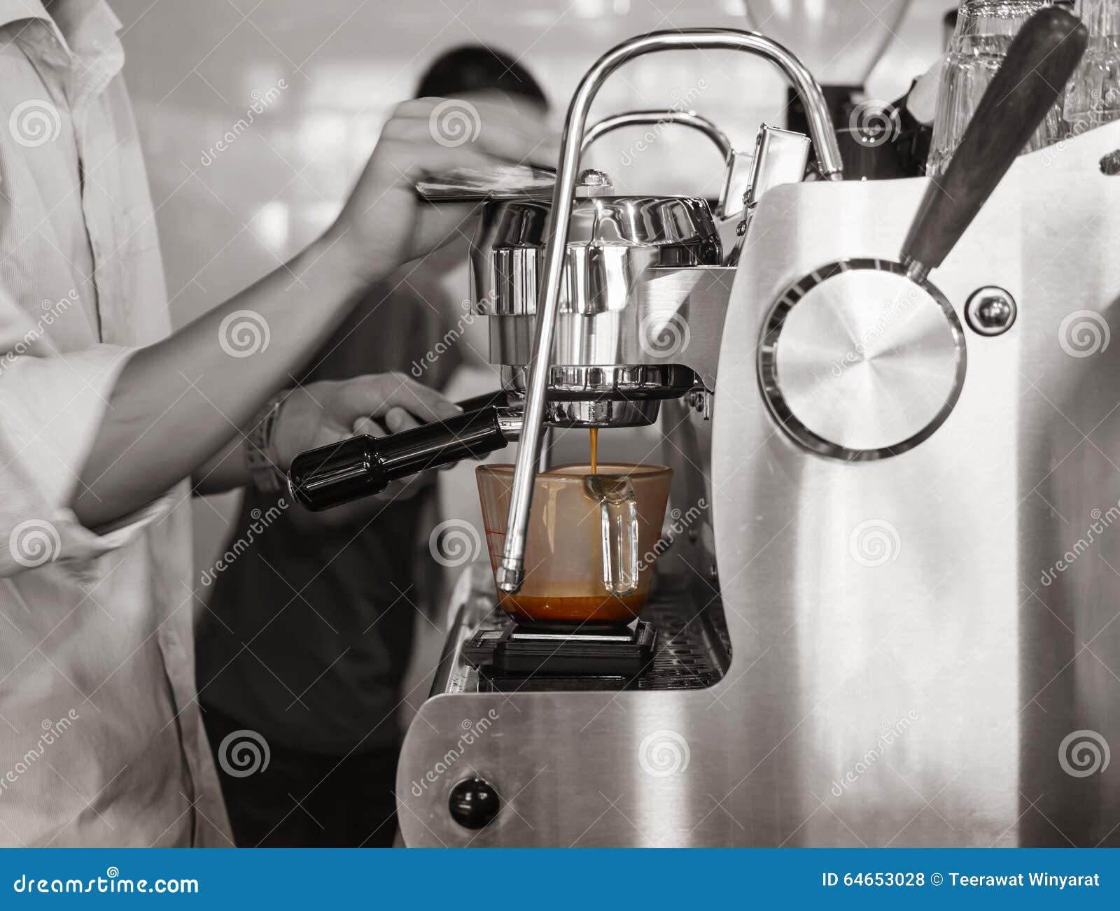 Barista kawy espresso strzału baru Browarniana Kawowa restauracja
