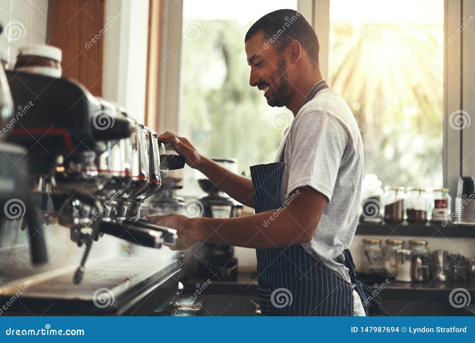 Barista maakt cappuccino in koffie