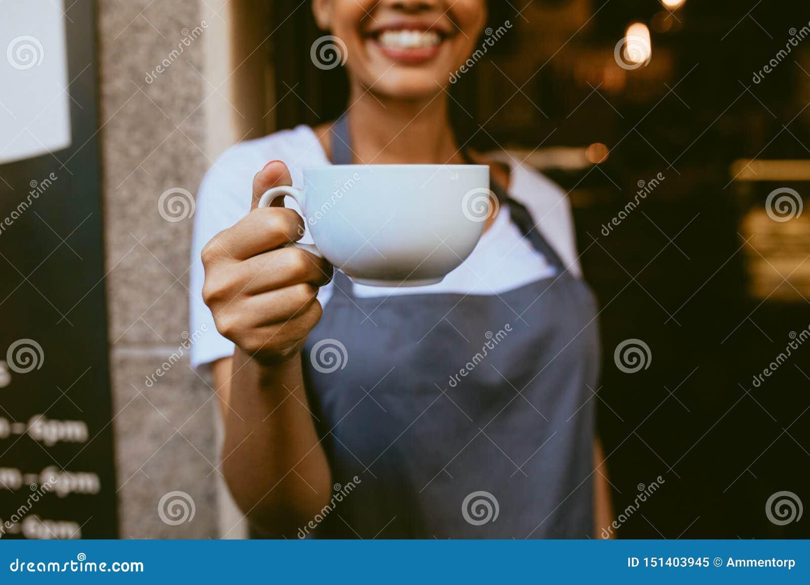 Barista oferuje kawę