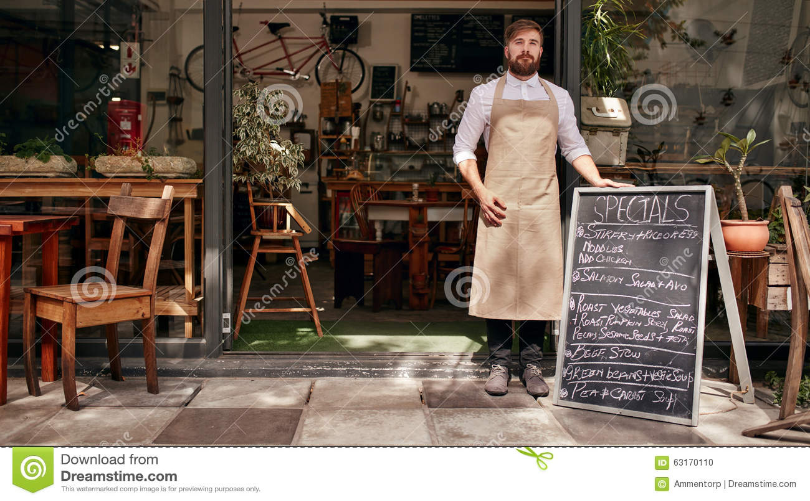 Barista pozycja w drzwi restauracja