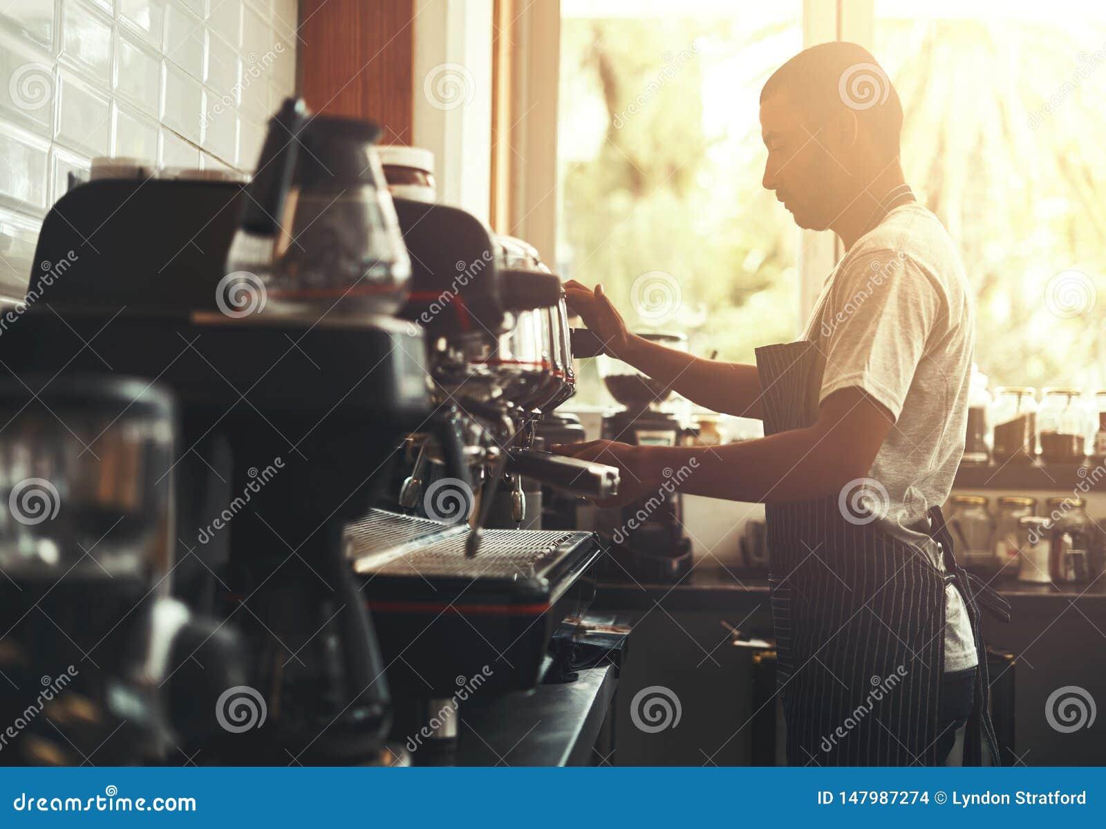 Barista prepara capuchino en su cafeter?a