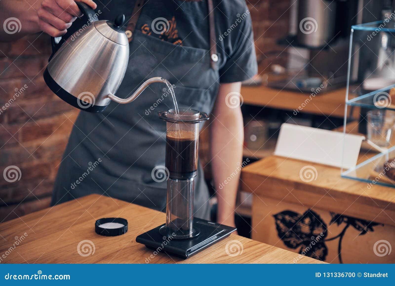 Barista Przygotowywa Kawowego Pracującego rozkazu pojęcie