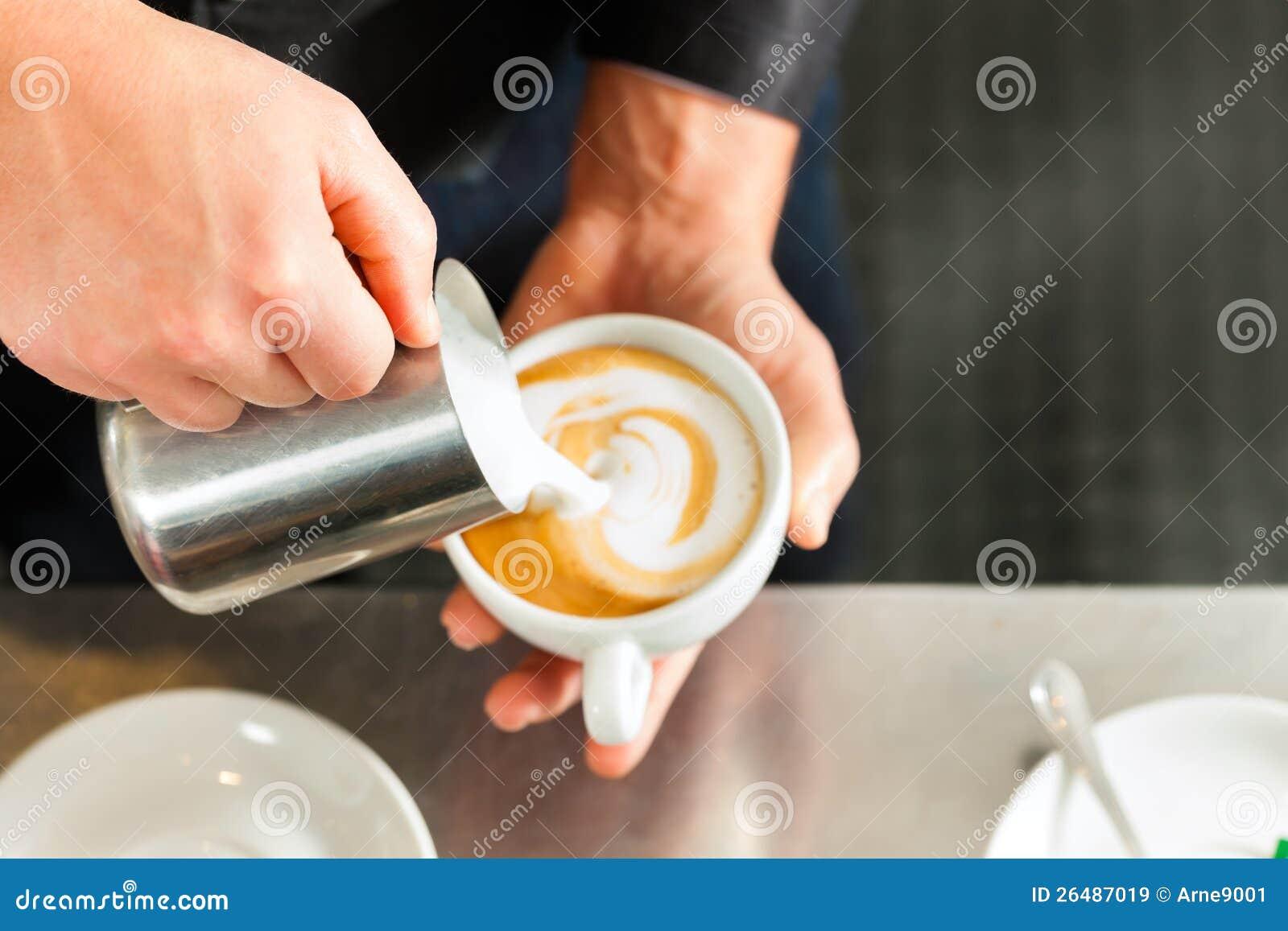 Barista que faz o cappuccino em seu coffeeshop