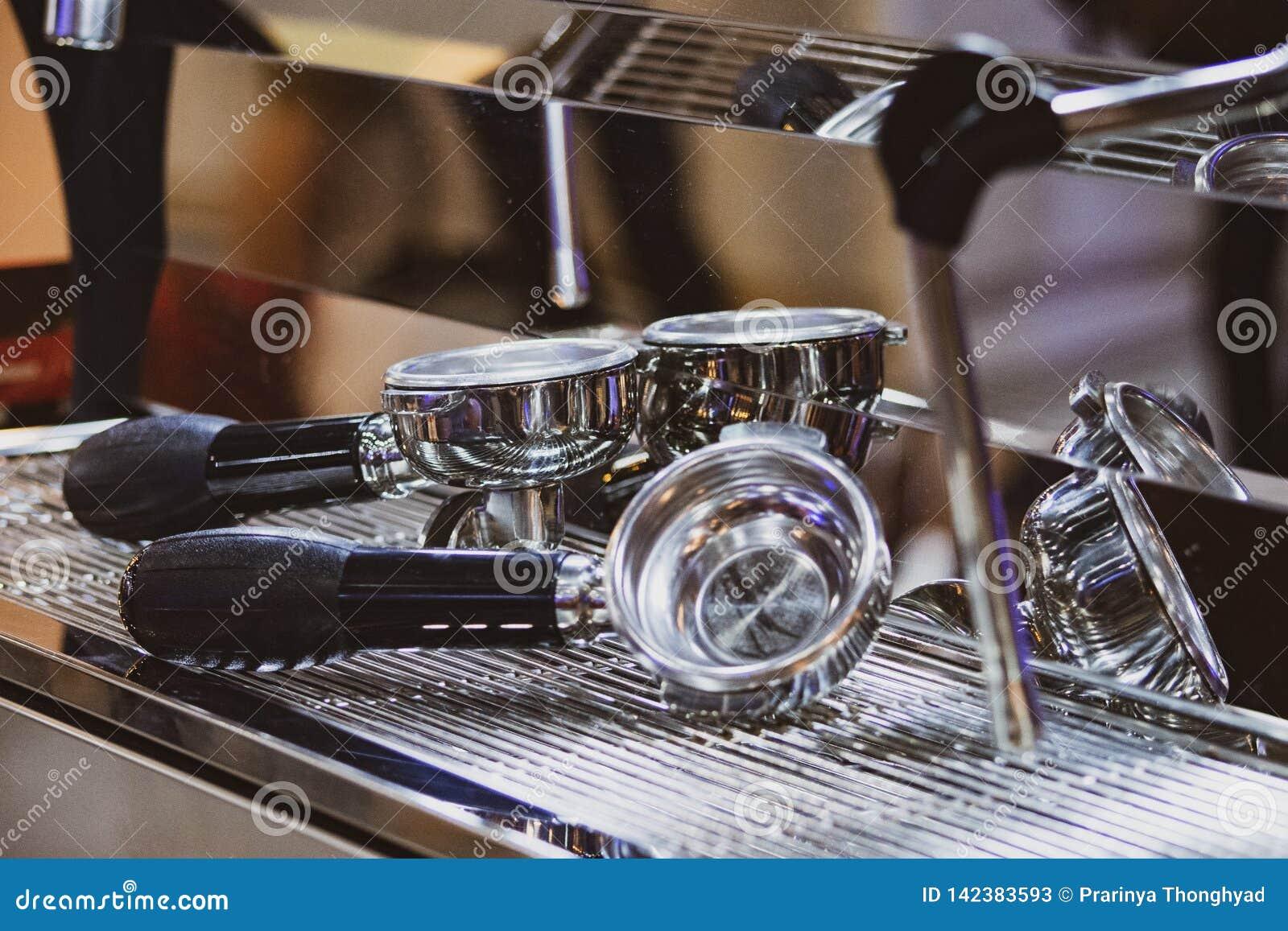 Barista som arbetar i en coffee shop, slut av använda för kaffe för barista pressar malt, fifflar upp, det Barista Make Coffee Po