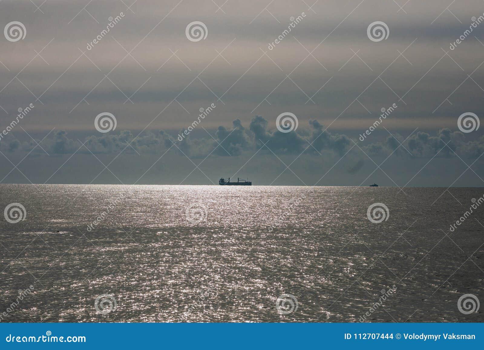 Barka bagruje schronienie usuwa kamienie i piasek