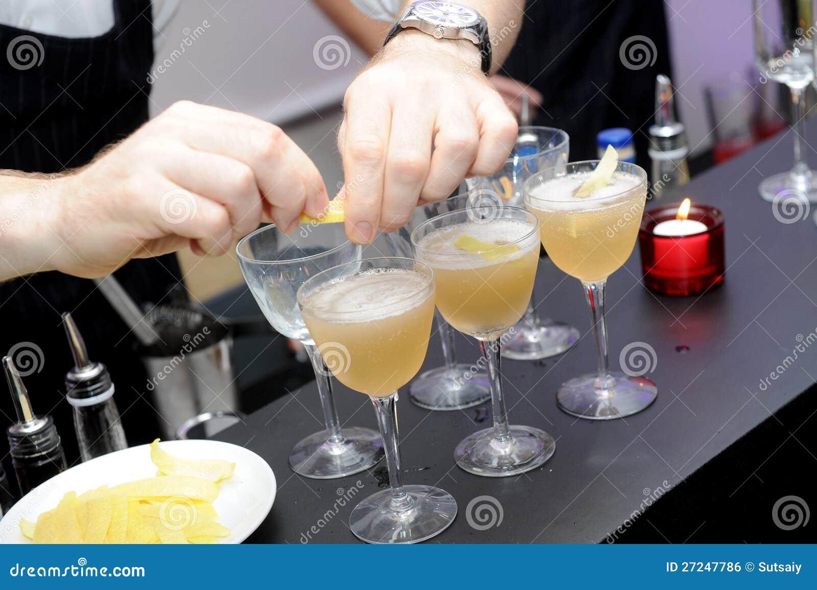 Barkellner bereiten coctail Getränk vor