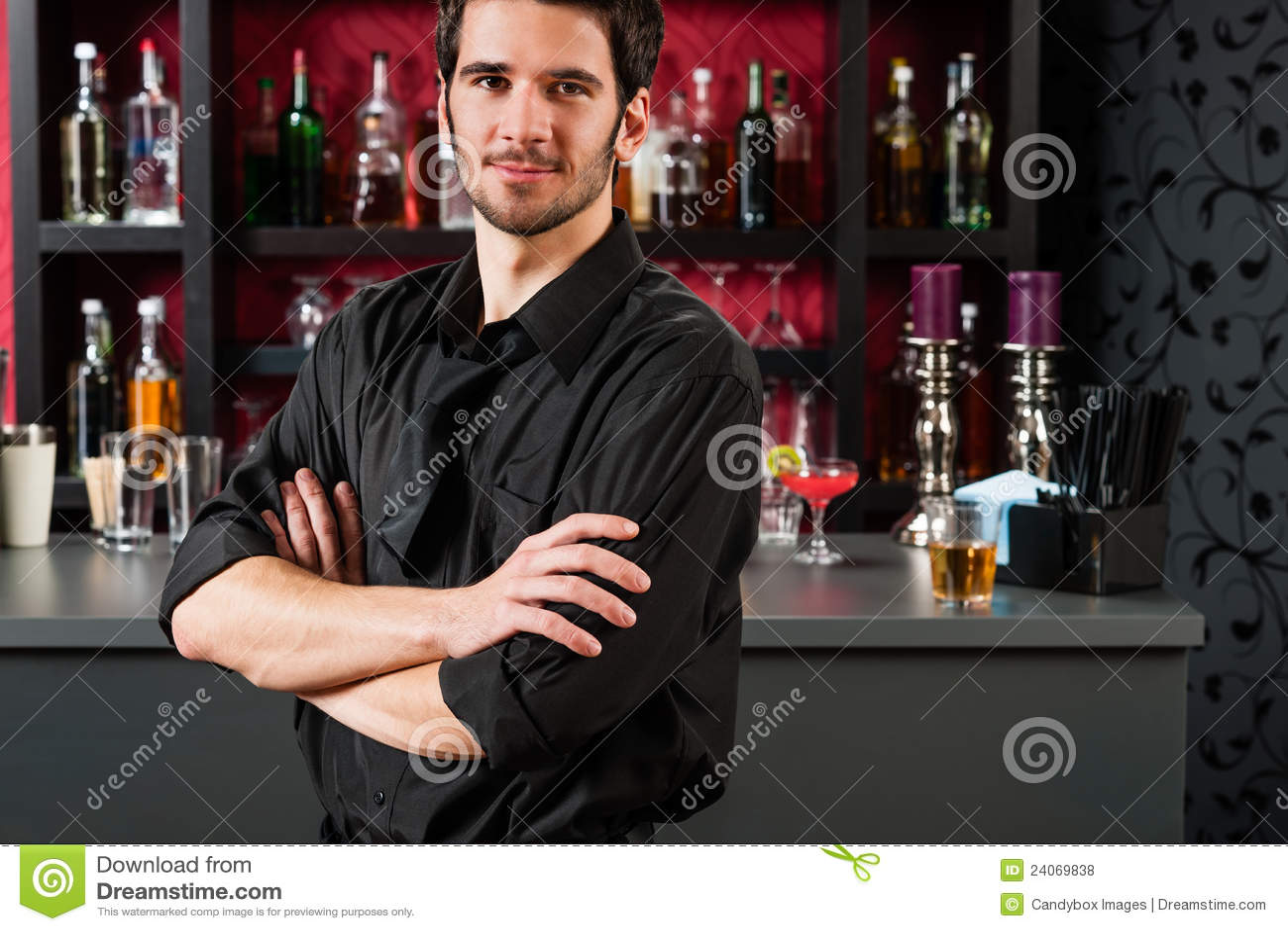 Barkellner in der schwarzen Stellung am Cocktailstab
