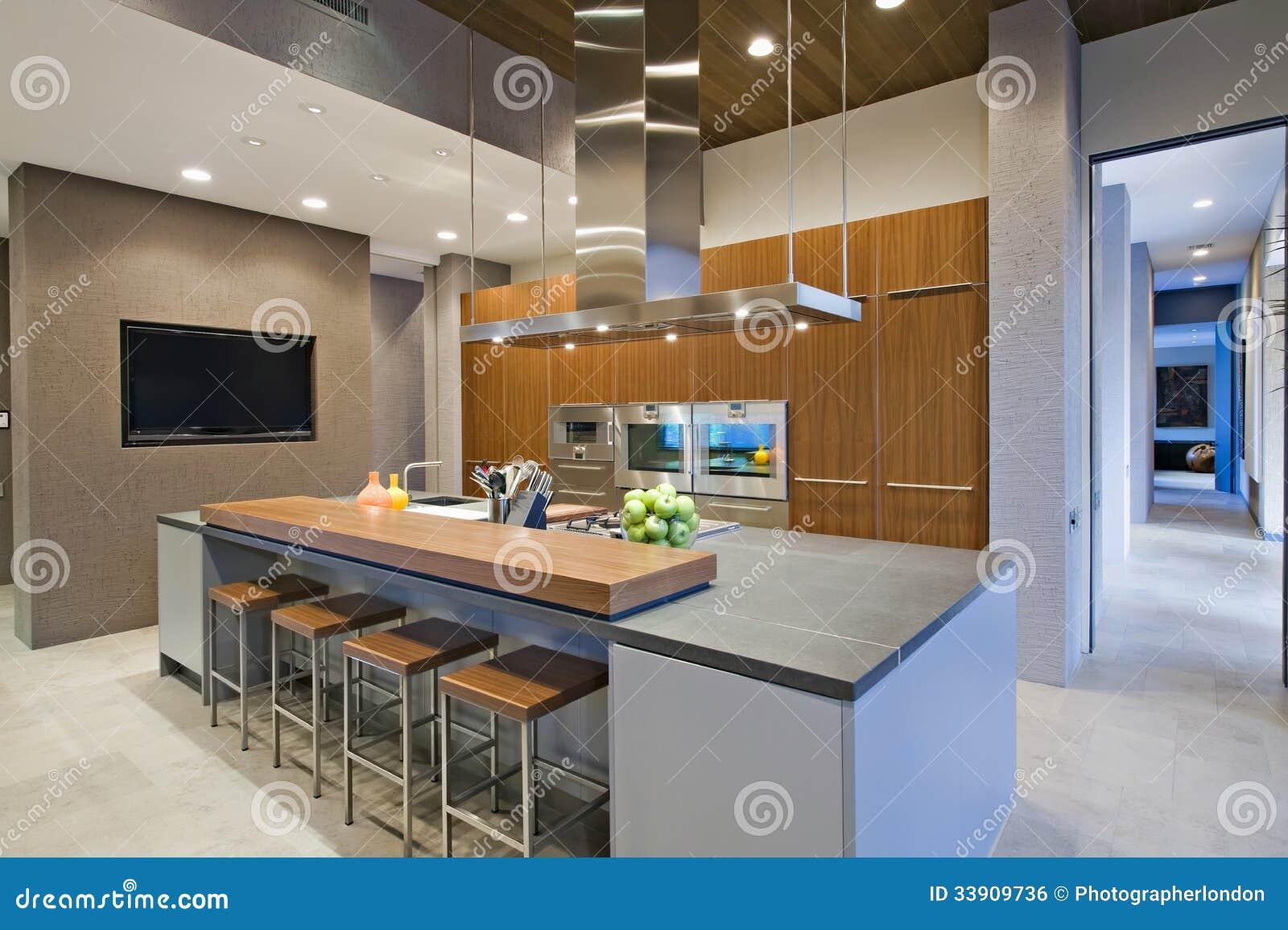 Barkrukken bij ontbijtbar in keuken royalty vrije stock afbeelding afbeelding 33909736 - Eigentijdse bar ...