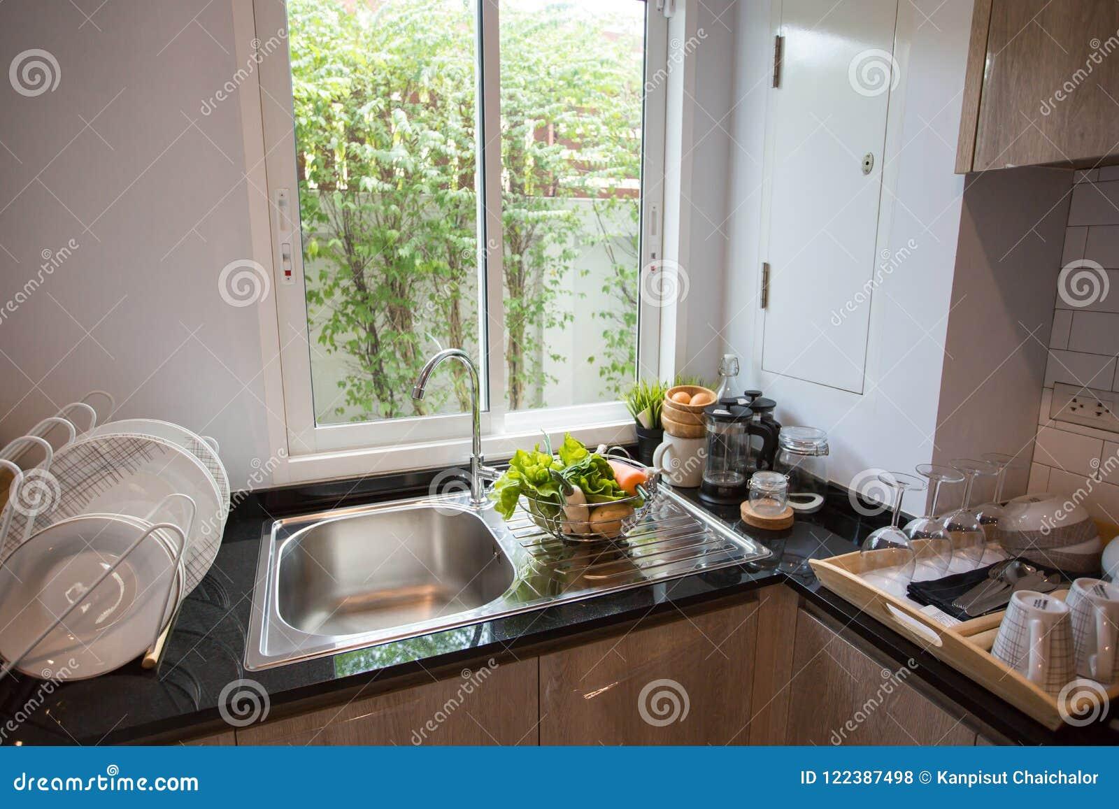 Barkrukken door modern keukeneiland heldere ruimte een heldere en