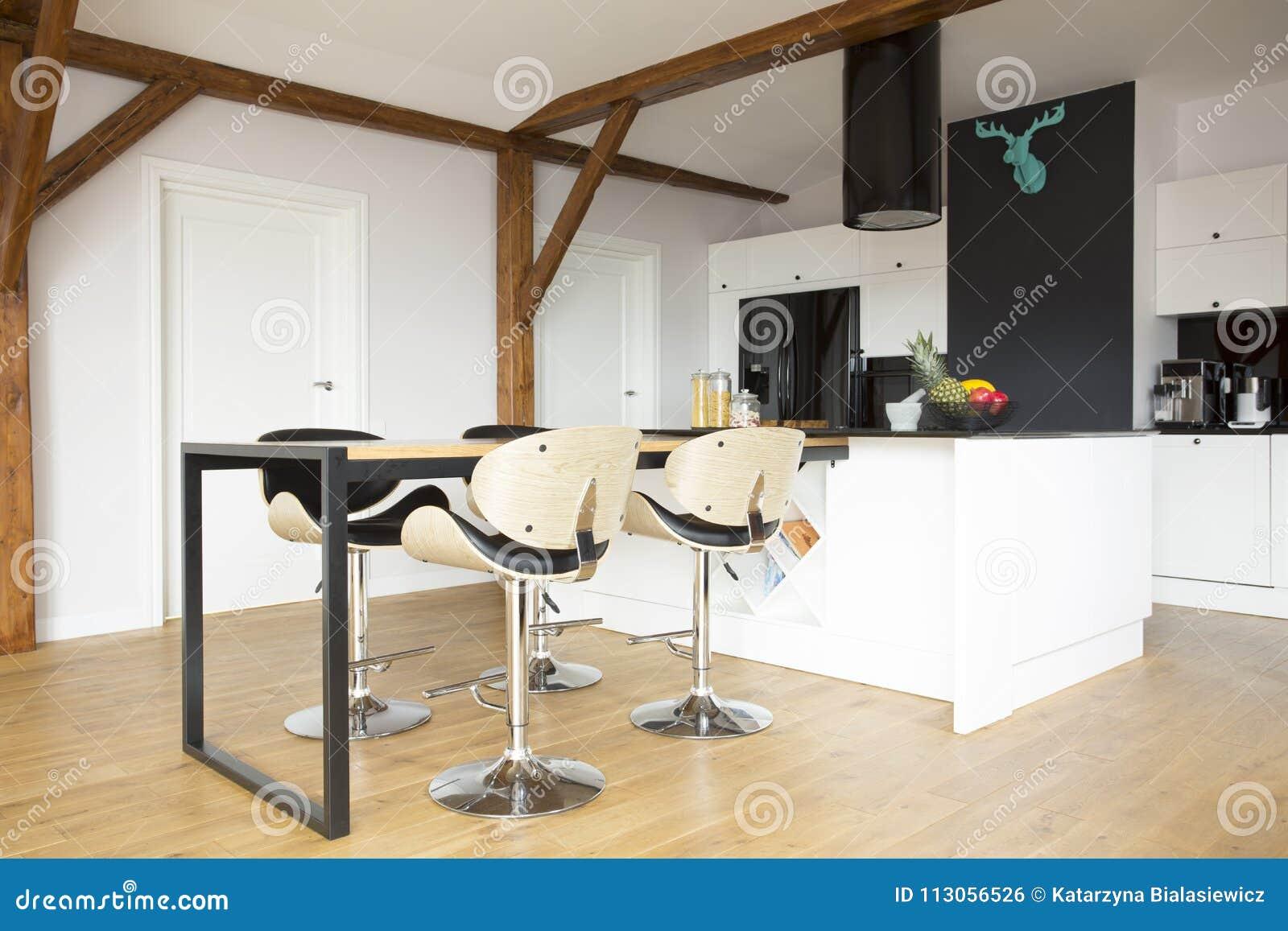 Moderne Kunst Keuken : Barkrukken in moderne keuken stock foto afbeelding bestaande uit