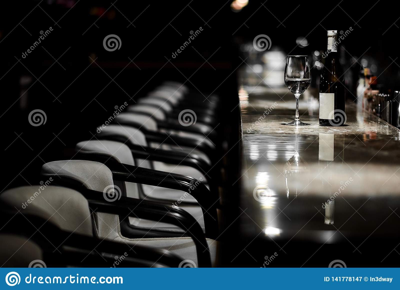 Barlijst, stoelen, fles en glas