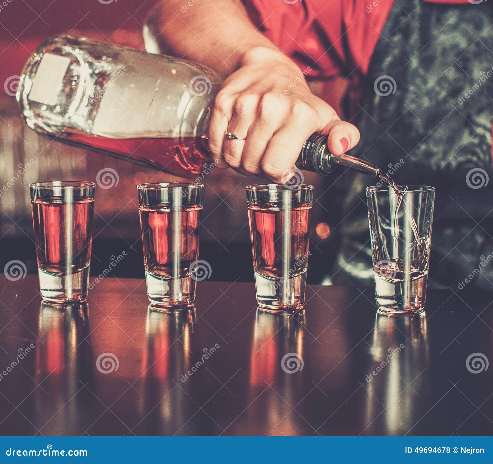 Barmaid faisant des tirs