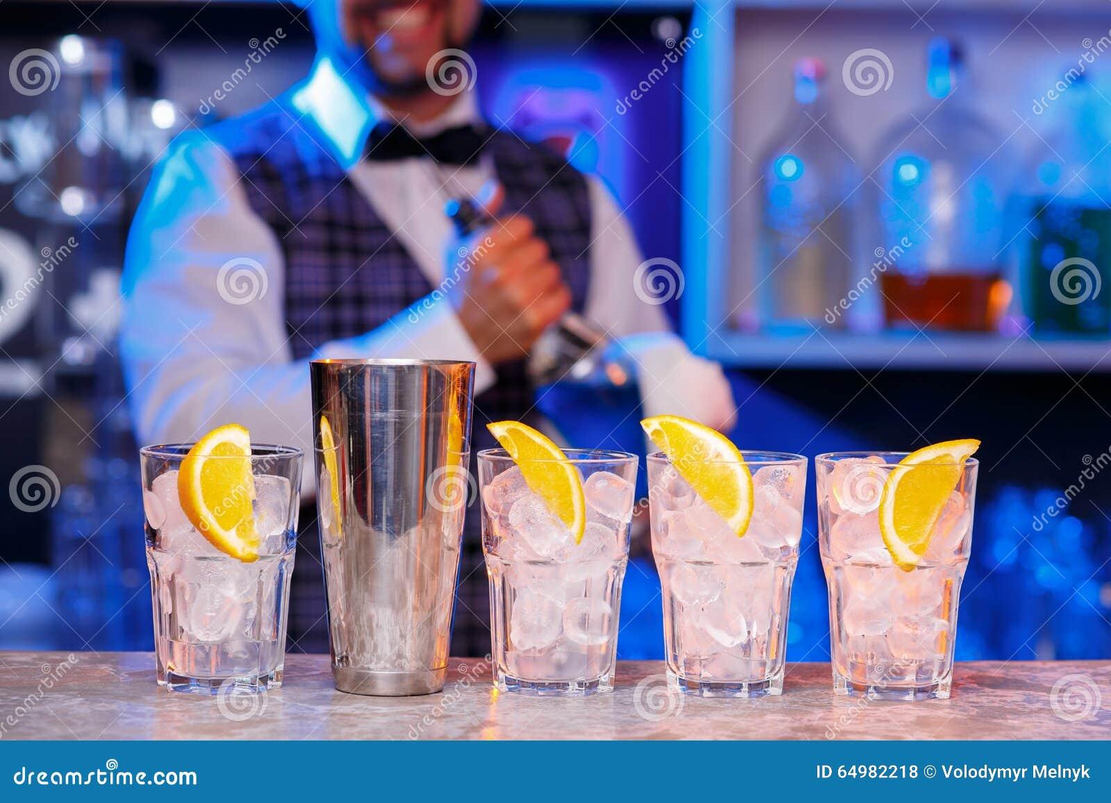 Barman au travail, préparant des cocktails