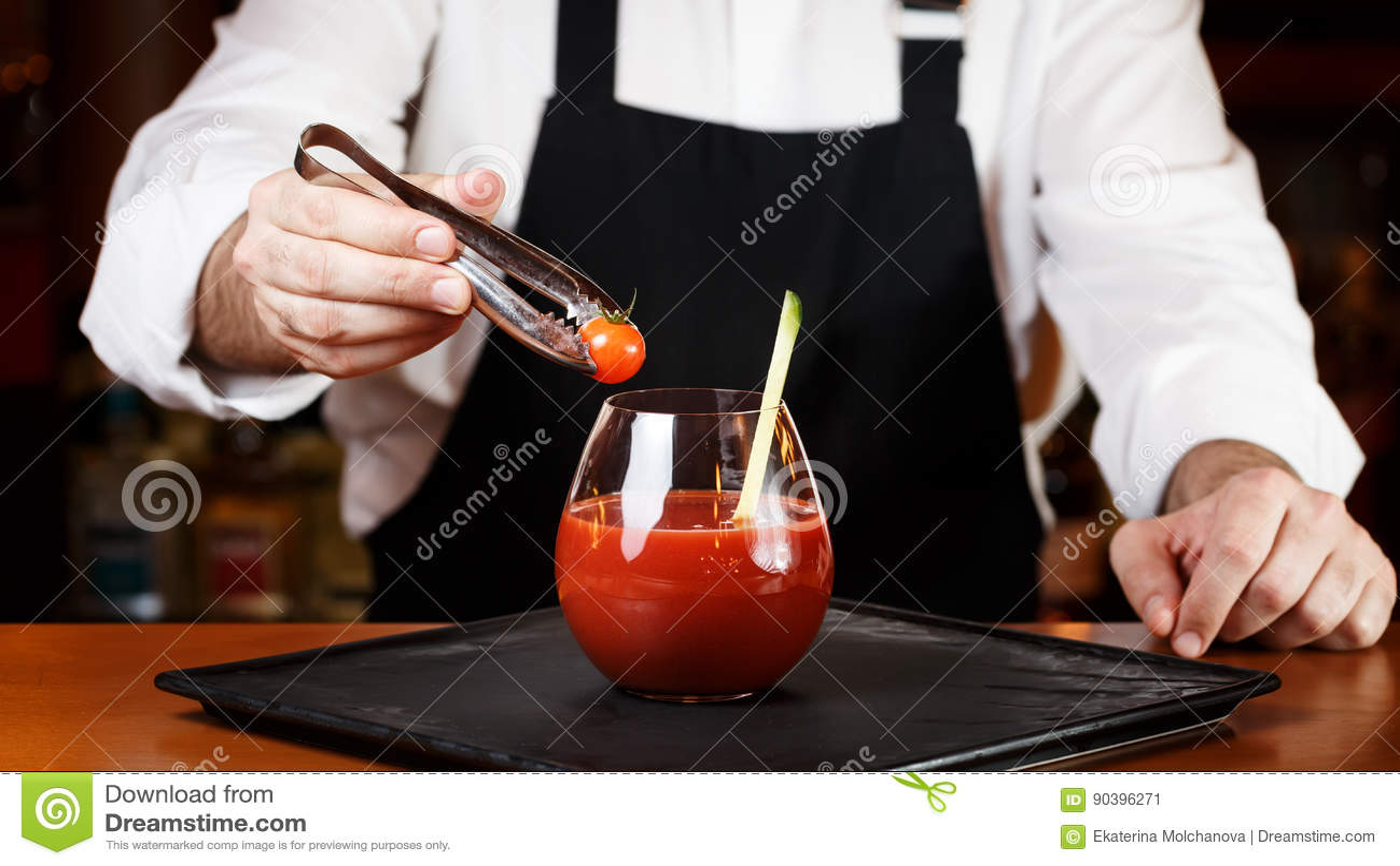Barman dekoruje Krwistego Mary lub Caesar koktajl przy barem