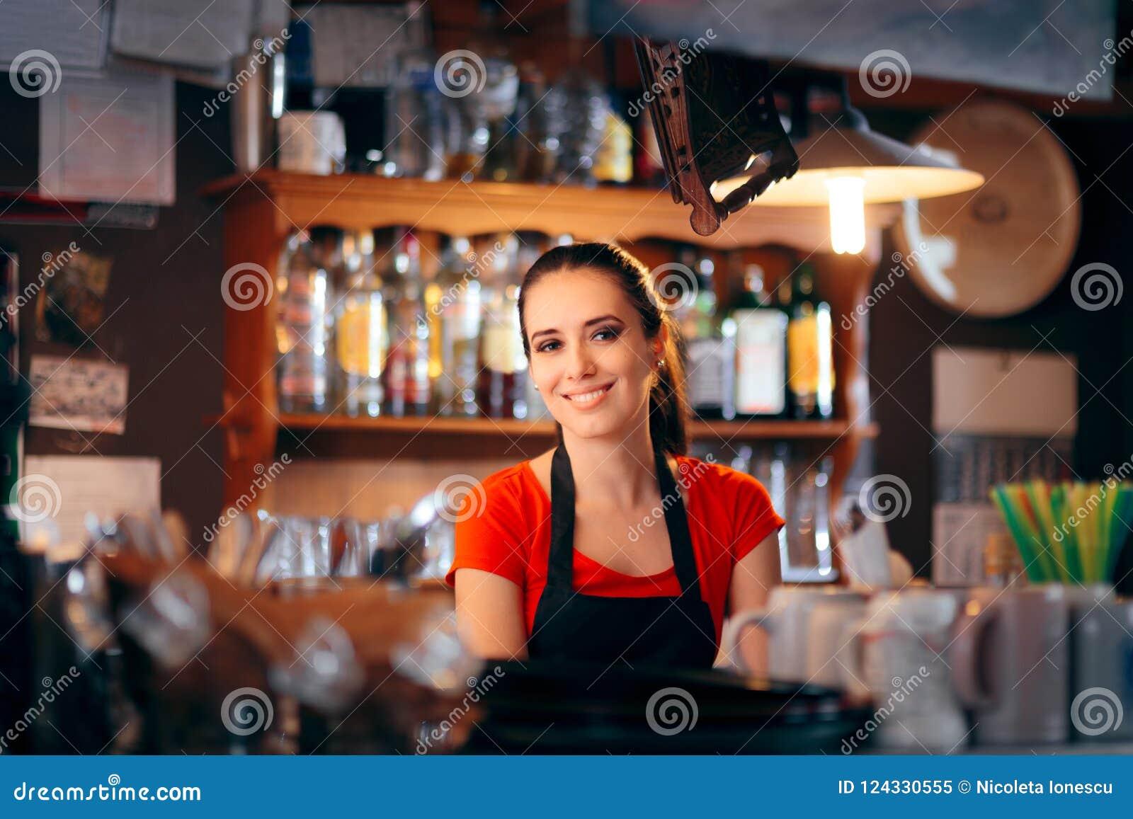 Barman féminin gai Working Behind le compteur