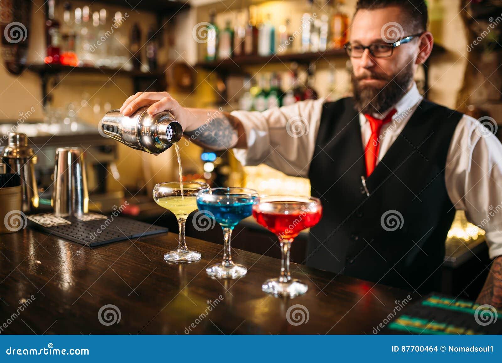 Barman faisant des cocktails d alcool dans la boîte de nuit