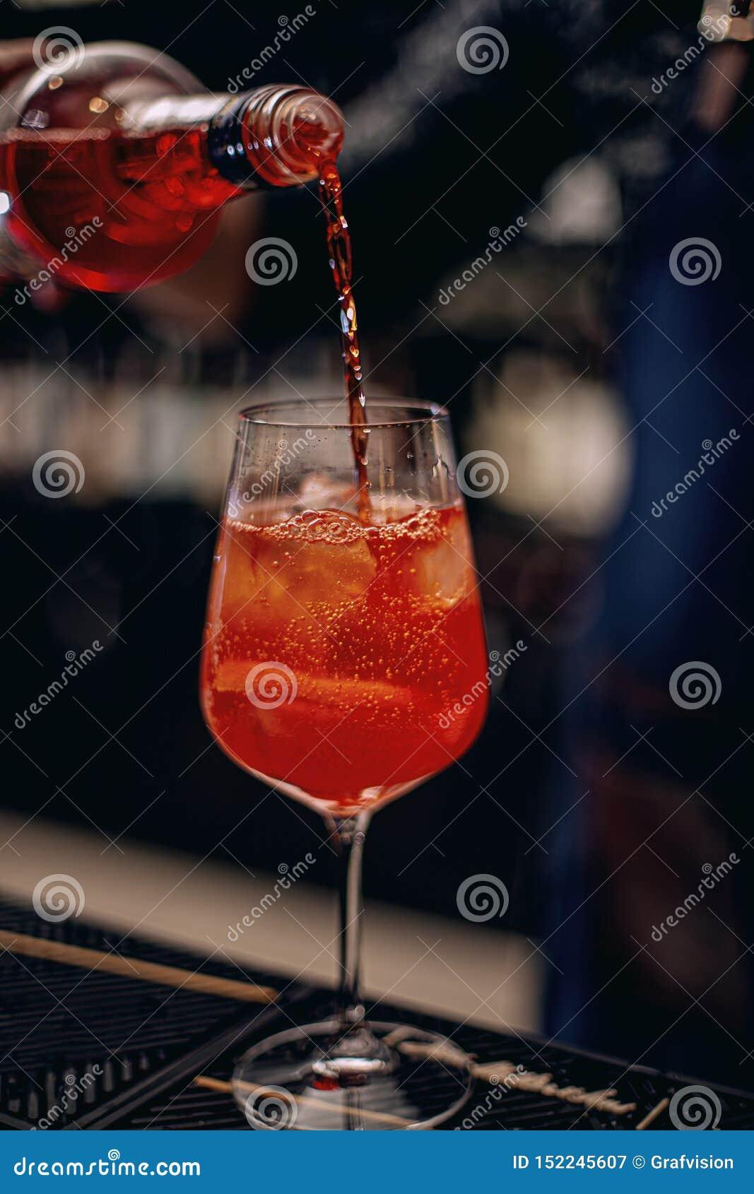 Barman faisant le cocktail