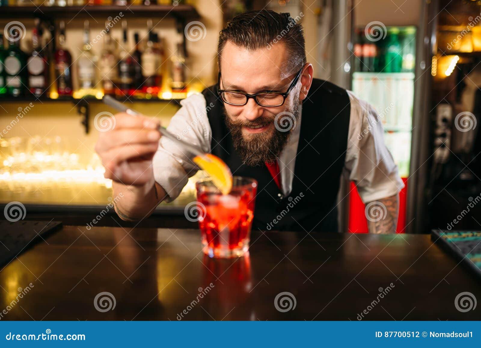 Barman faisant le coctail d alcool dans le restaurant