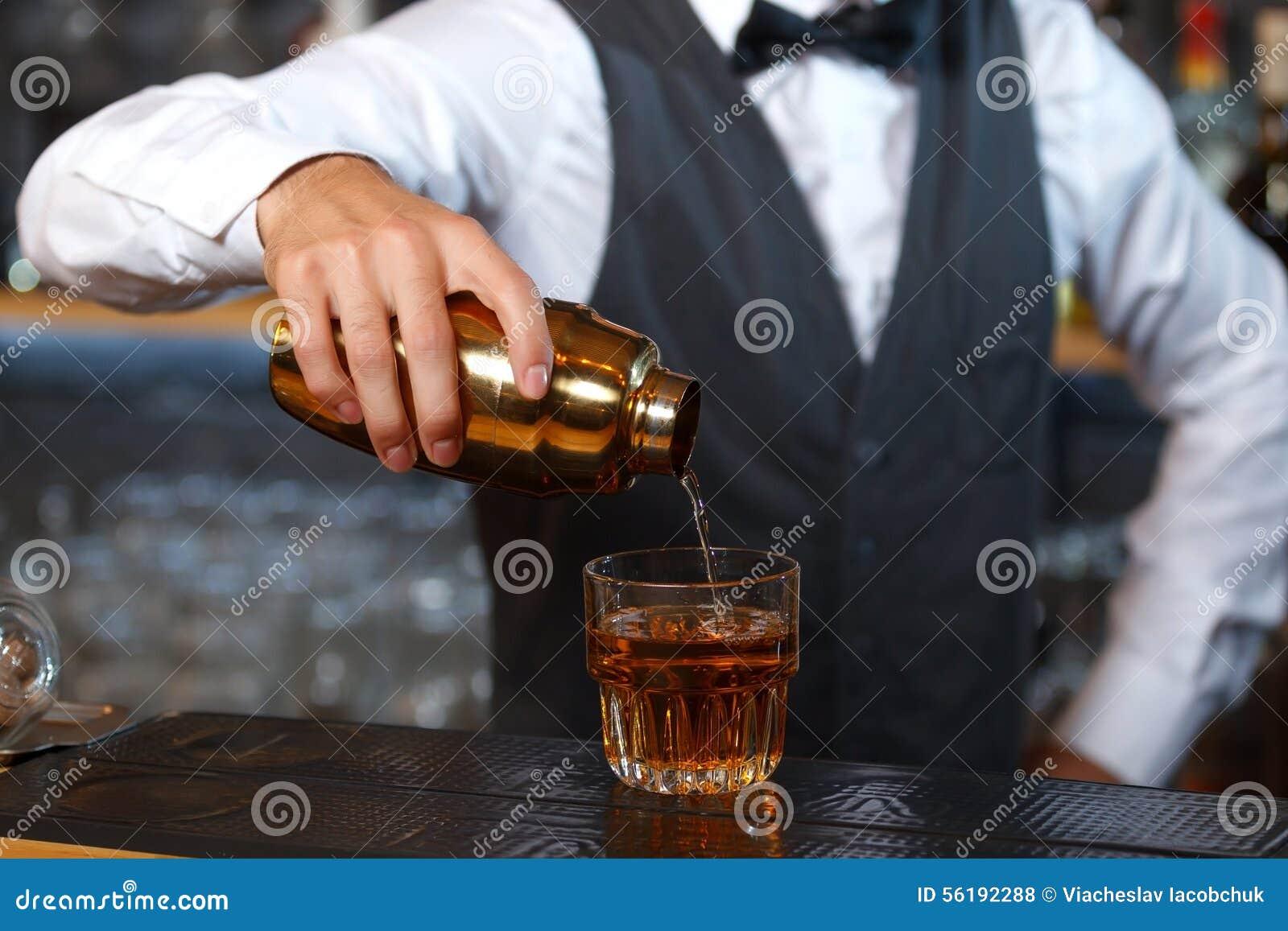 Barman miesza napoje