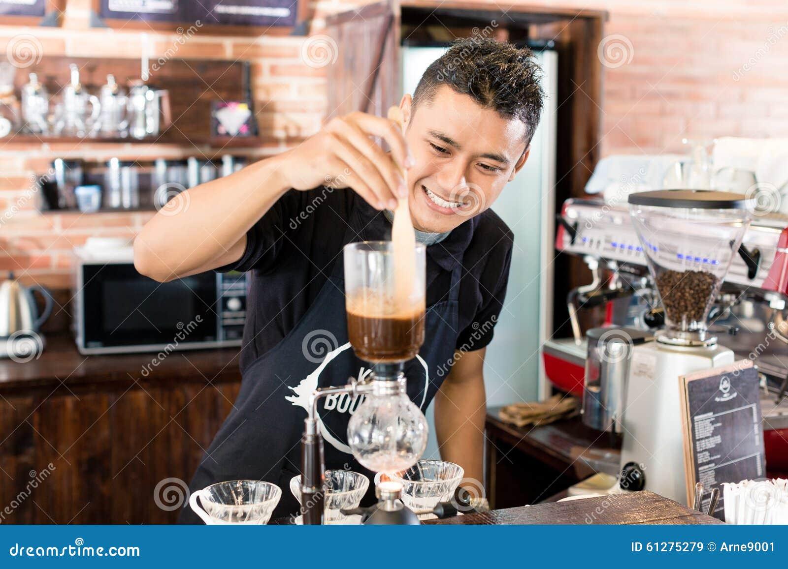 Barman préparant le café d égouttement dans le café asiatique