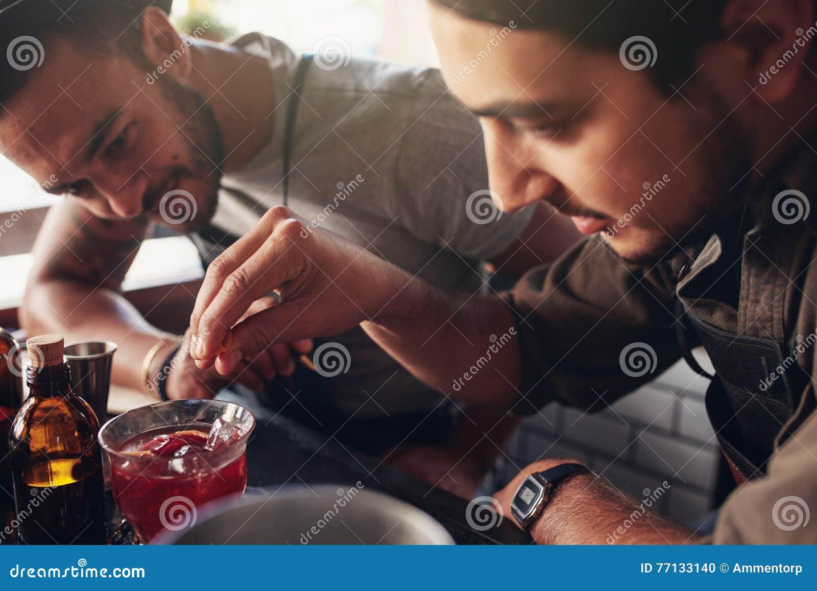 Barmannen die nieuwe cocktails creëren