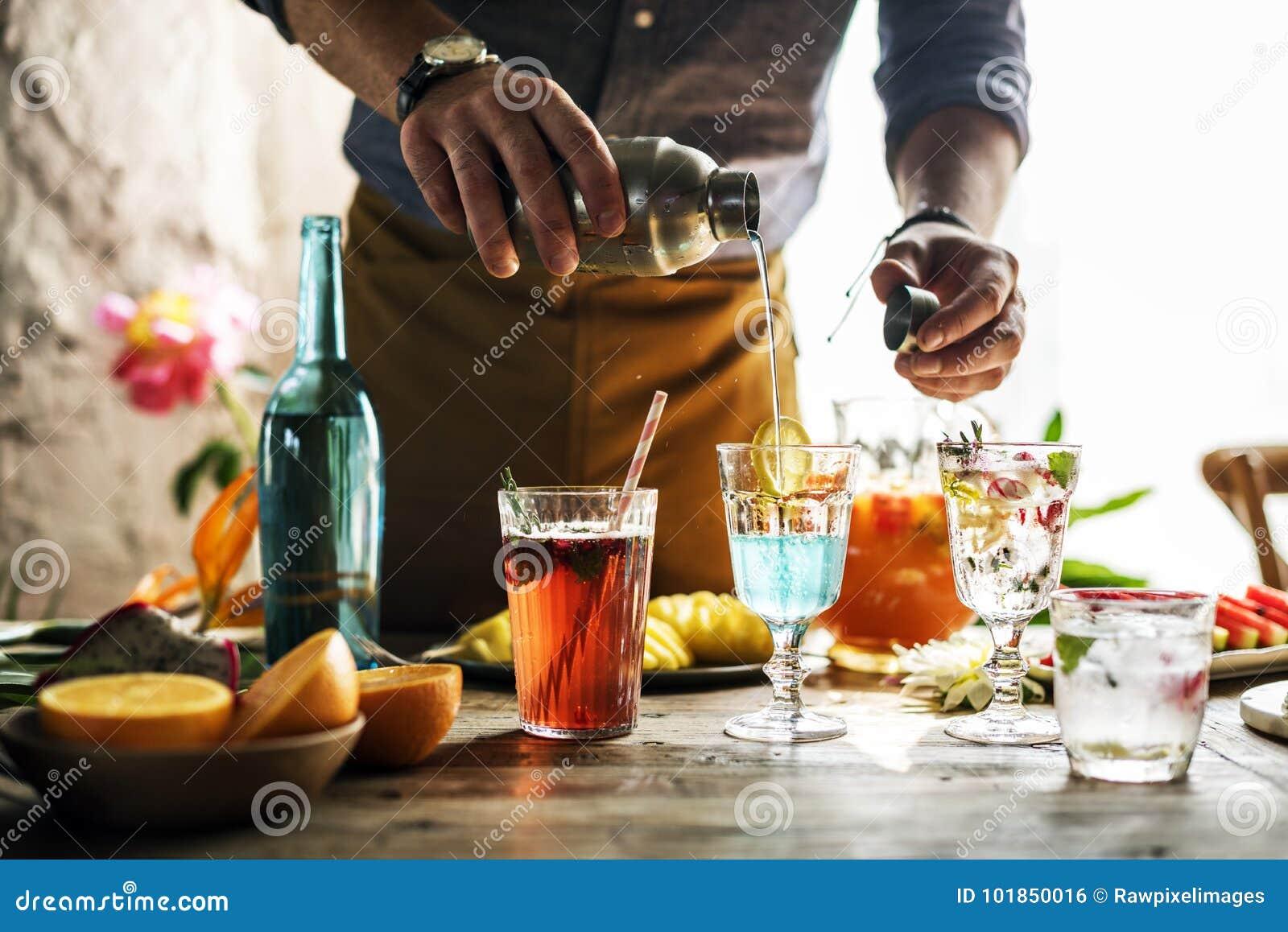 Barmixer, der bunte Cocktails mischt