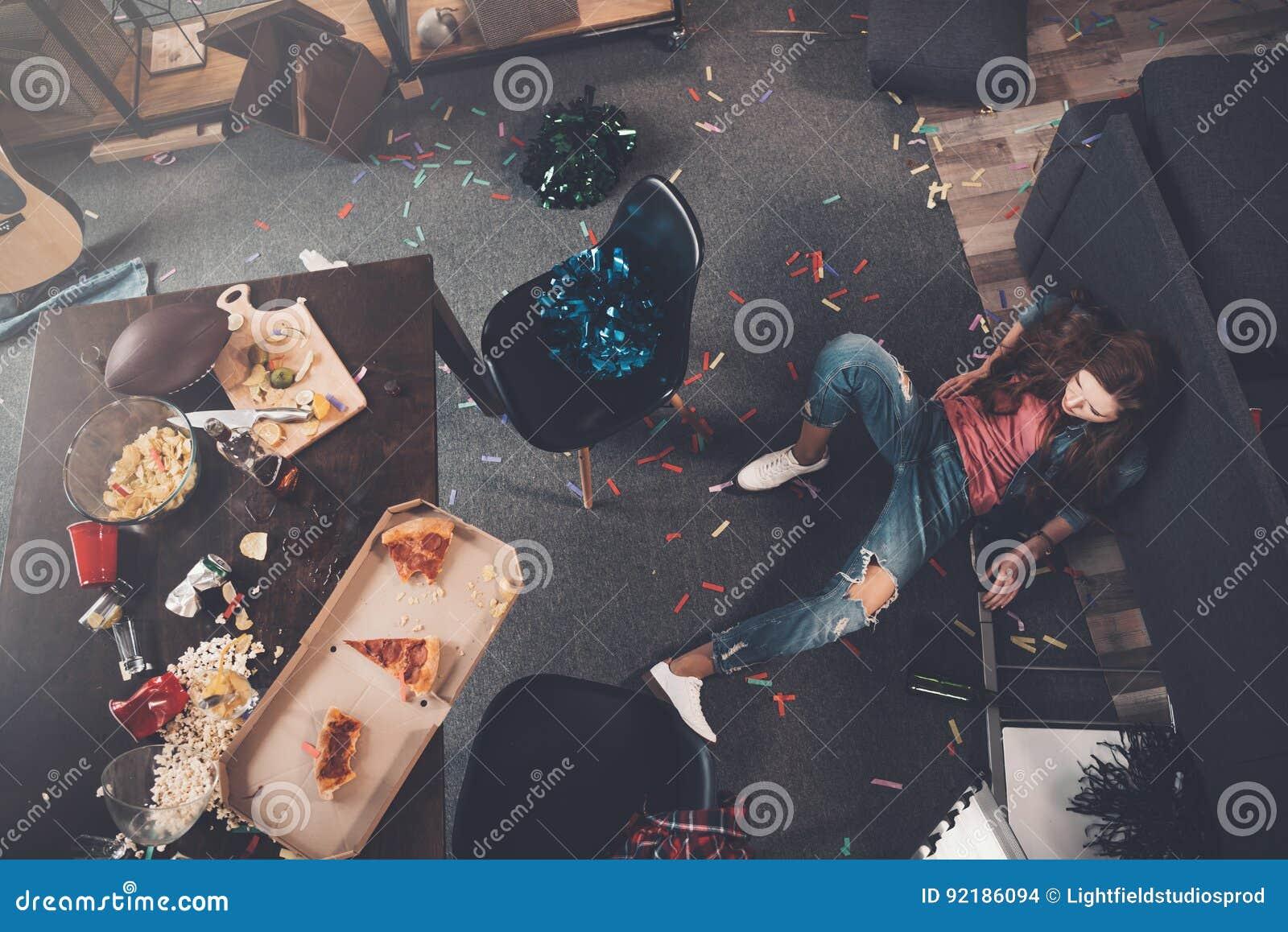 Barn drucken kvinna som ligger på golv i smutsigt rum