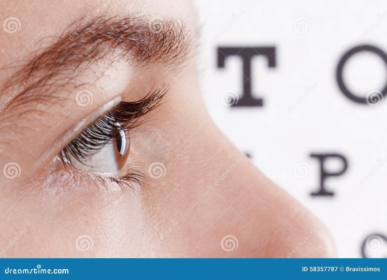 Barn en ögonläkare Stående av en pojke
