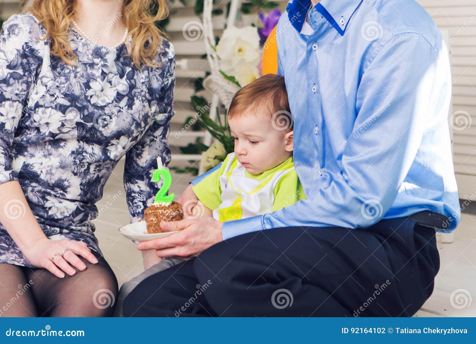 Barn, födelsedagparti och barndombegrepp - pys med en födelsedagkaka