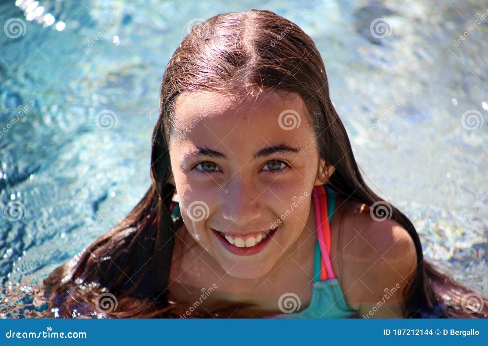 Barn för gröna ögon för liten flicka som spelar på pölen på den tropiska semesterorten i Los Cabos Mexico