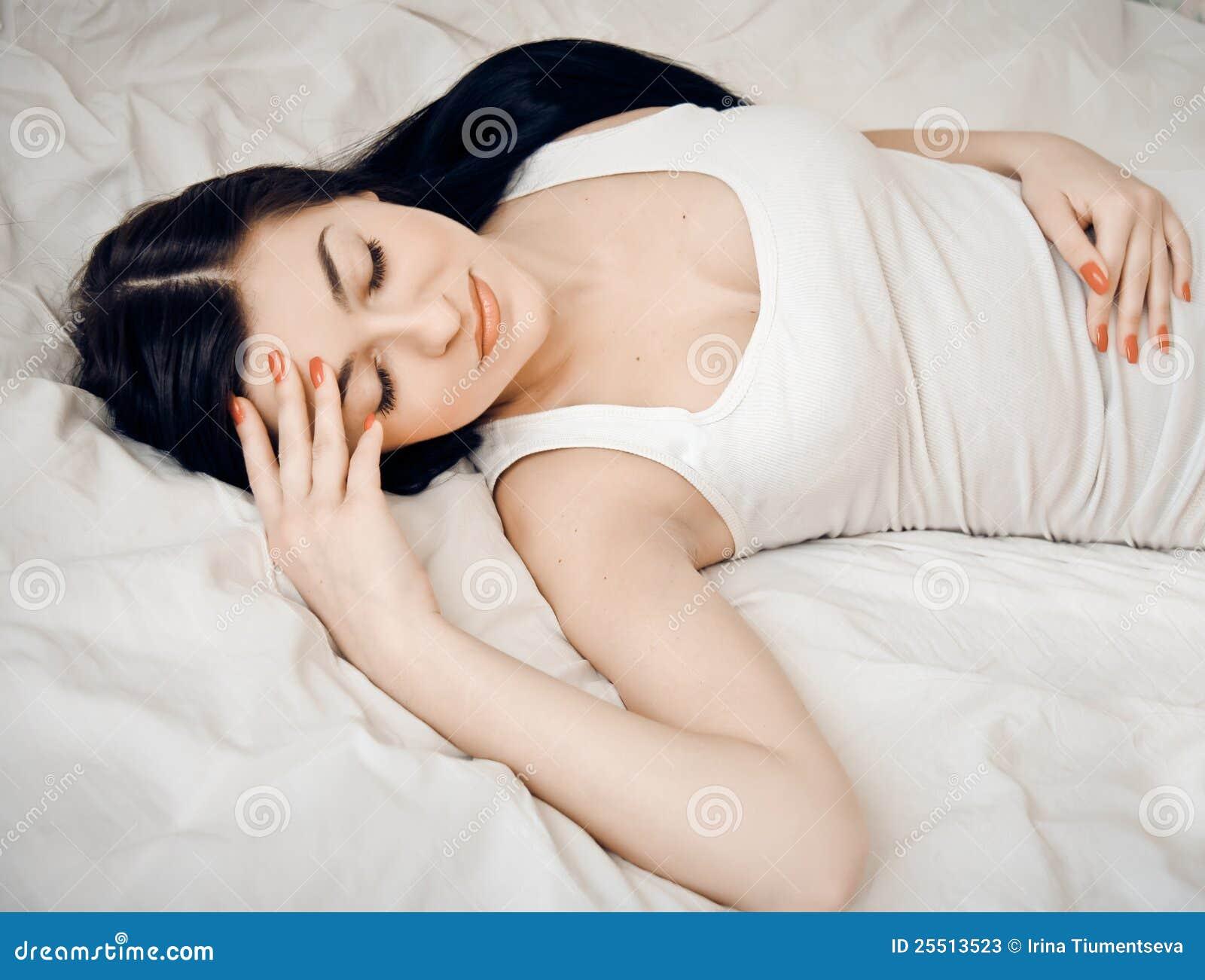 Barn för kvinna för gullig stående för underlag sova