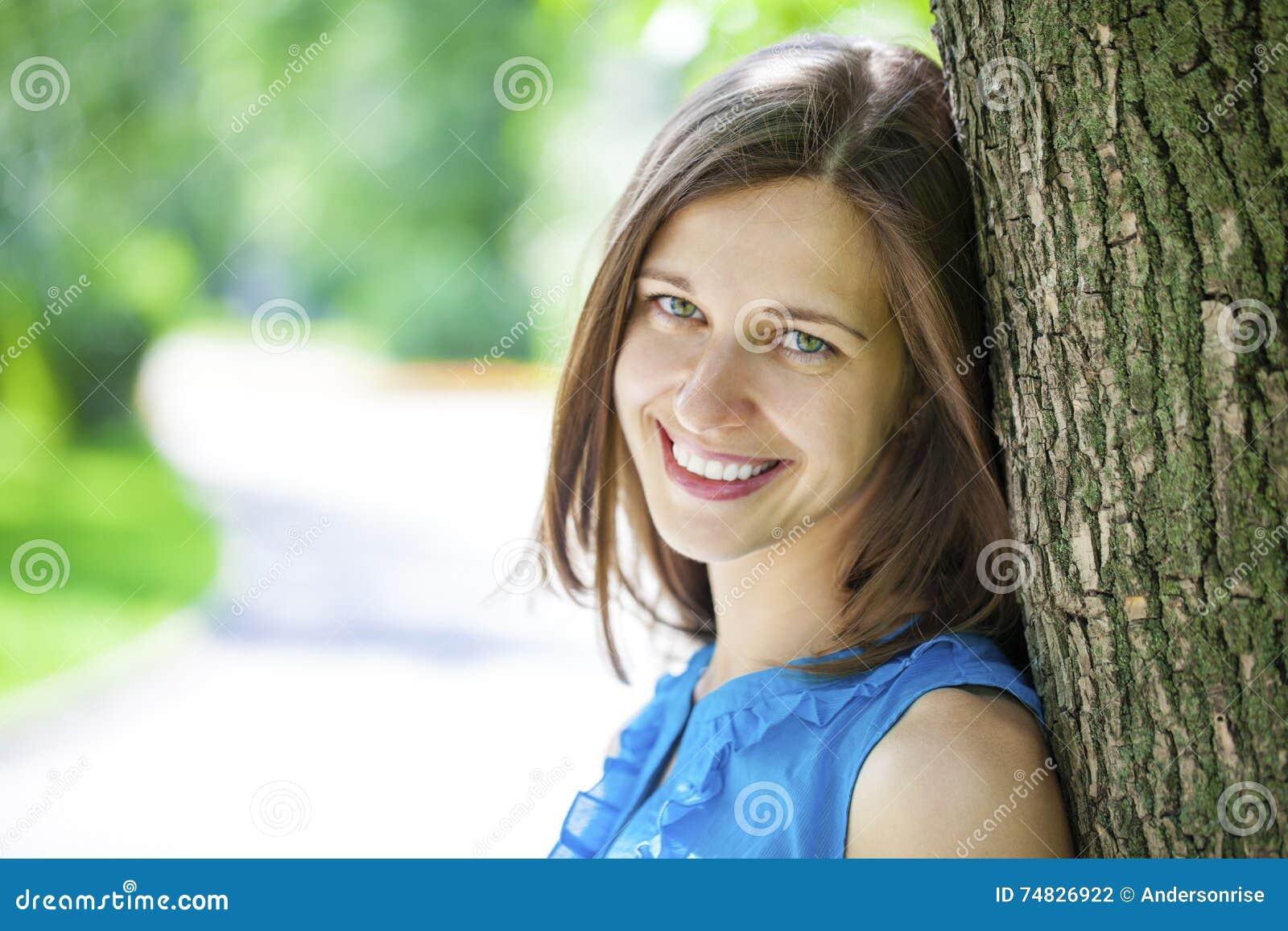 Barn för kvinna för lycklig stående för closeup le
