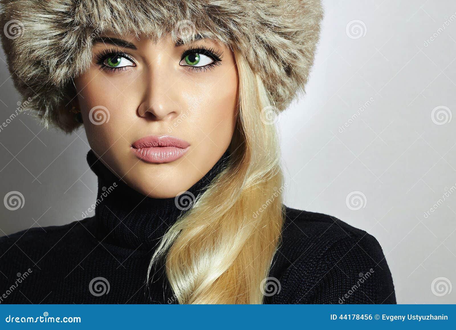 Barn för kvinna för pälshatt härlig blond flicka Vintermodeskönhet Höst Healt hy hår