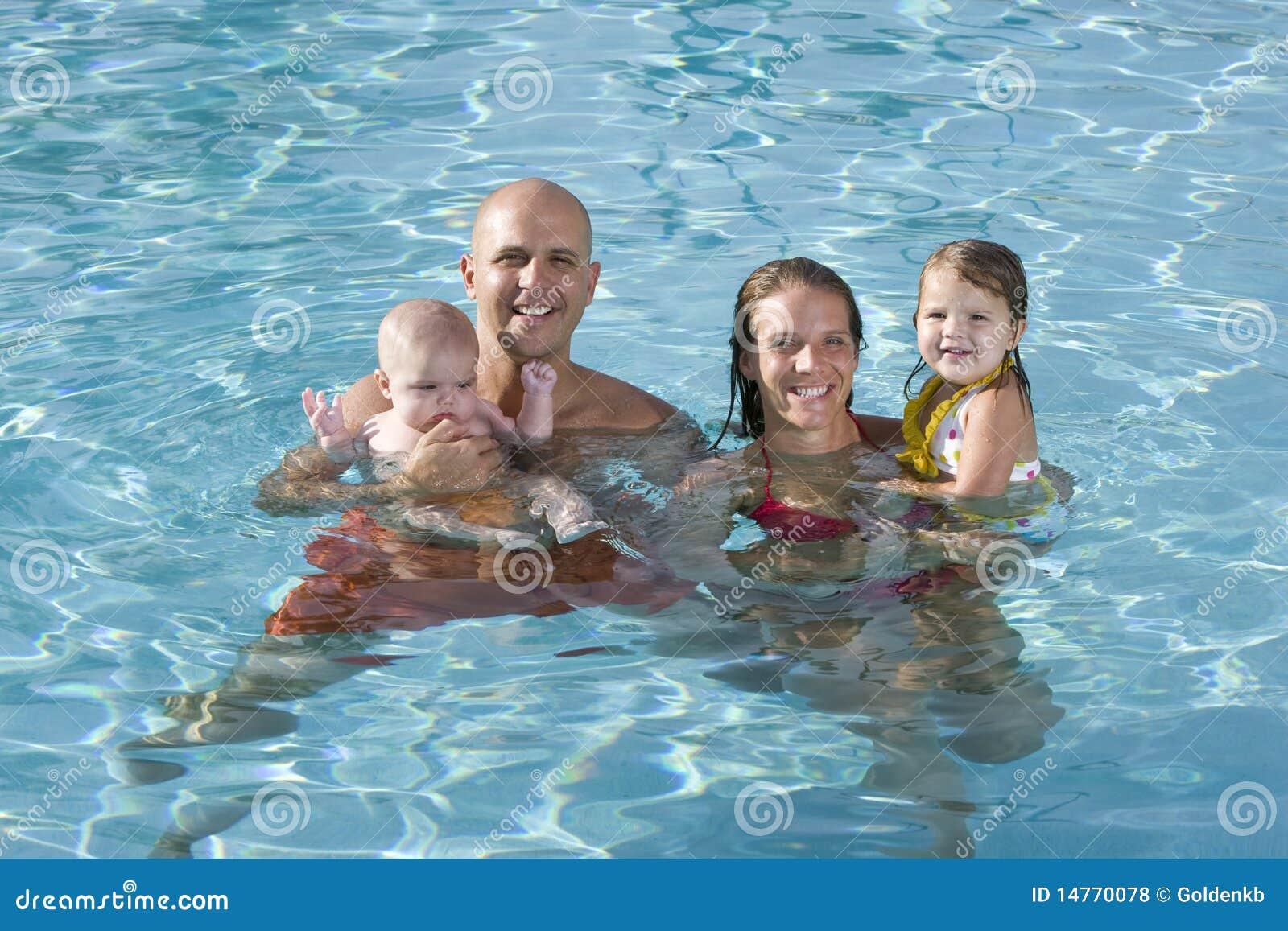 Barn för simning för familjpölstående le