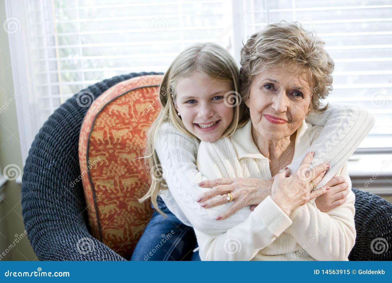 Barn för stående för flickafarmor lyckligt krama