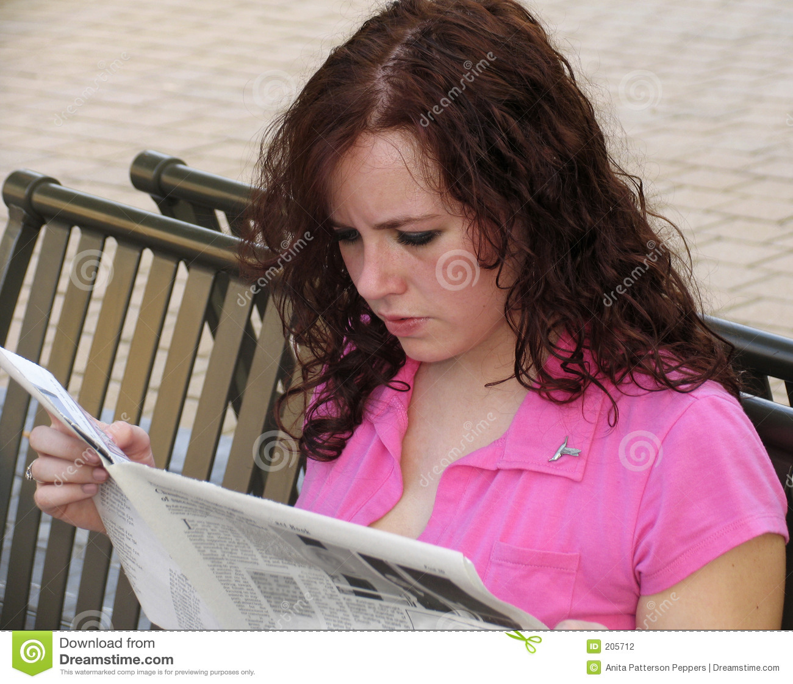 Barn för tidningsavläsningskvinna